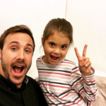 Marek Fašiang s dieťaťom zo seriálu Oteckovia